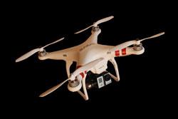 Quatrocopter-Flugdrohne vor neutralem Hintergrund.