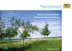 Titelbild der Broschüre Naturschutzrechtliche Kompensation in Bayern – Ziele und Umsetzung der Bayerischen Kompensationsverordnung mit Streuobstwiese im Komplex mit Extensivgrünland.