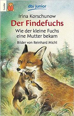 Gemaltes Titelbild des Buches, auf dem ein Fuchs zu sehen ist, der ein Fuchsjunges im Maul trägt und durch den Wald schleicht.