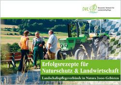 Titelbild der Broschüre mit zwei Männern und einer Frau, die vor einem Traktor stehen und miteinander reden.