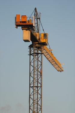 Aufnahme es Baustellenkrans vor blauem Himmel.