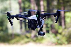 Schwarz-Weiße Drohne in Großaufnahme.