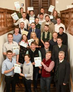 Das Foto zeigt die Teilnehmer des Wettbewerbs nach der Preisverleihung.