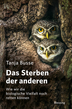 Das Titelbild zeigt zwei Eulen, die aus einer Baumhöhle schauen.