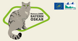 Das Label des Natura 2000-BayernOskar zeigt eine gezeichnete Katze und die Logos von Life und Natura 2000.