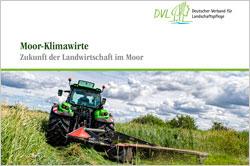 Das Titelbild zeigt einen Traktor, der im Moor Mäharbeiten erledigt.