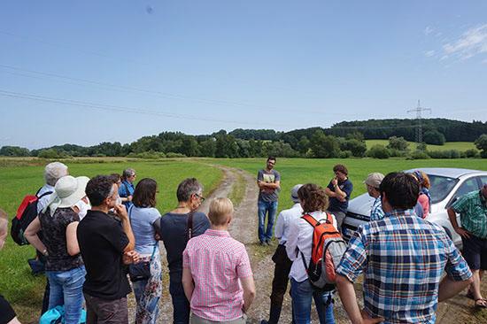 Gruppenbild der etwa 40 Exkursionsteilnehmer auf dem Deich bei Mamming.