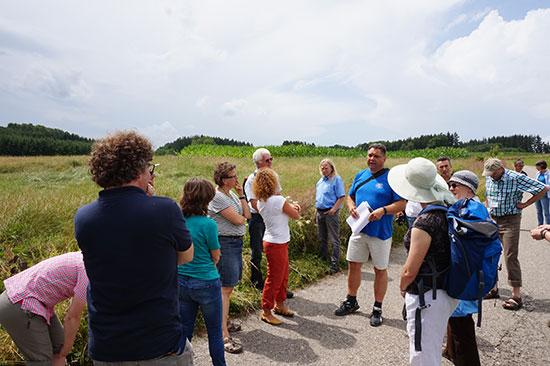 Die Exkursionsteilnehmer hören aufmerksam dem Referenten zu.